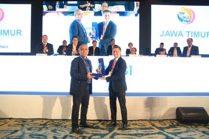 Ketua Asprov PSSI Jatim, Achmad Riyad Menerima Pengharagaan Dalam Kongres PSSI Di Bali.